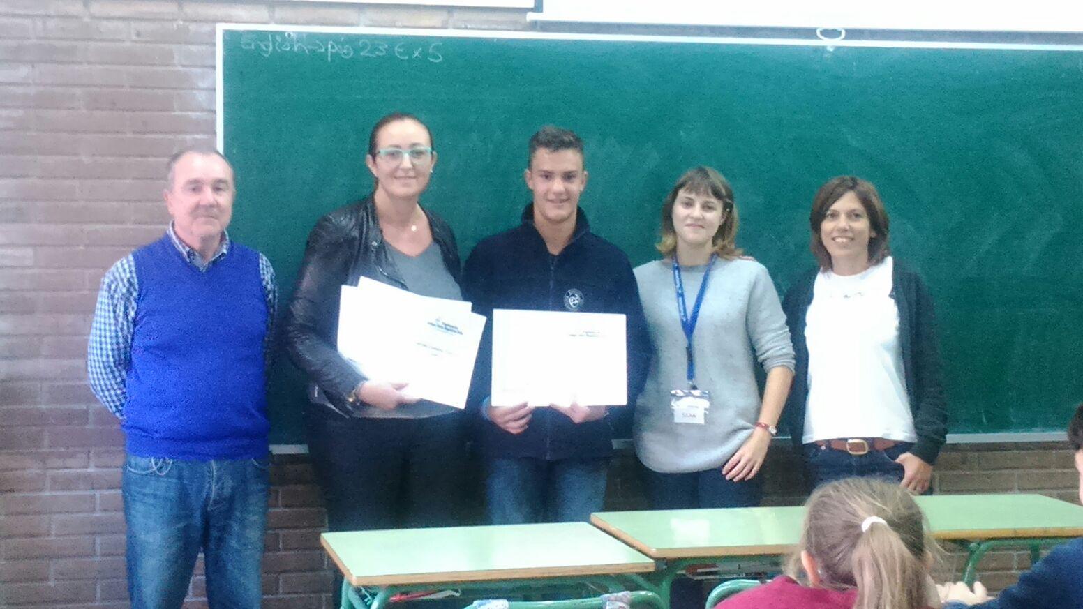 Los alumnos reciben los títulos del nivel A2 de inglés